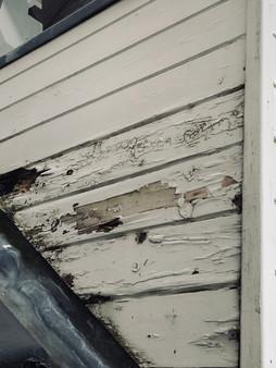 Feuchtigkeitsschaden an einer Gaubenverkleidung aufgrund einer mangelhaften Konstruktion.