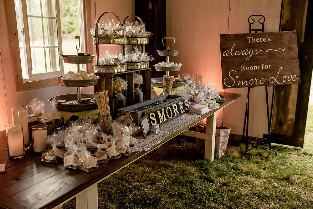 S'mores wedding favors from rustic traveling wedding venue Tentwood barn. | My Snohomish Wedding | Snohomish Wedding Planning