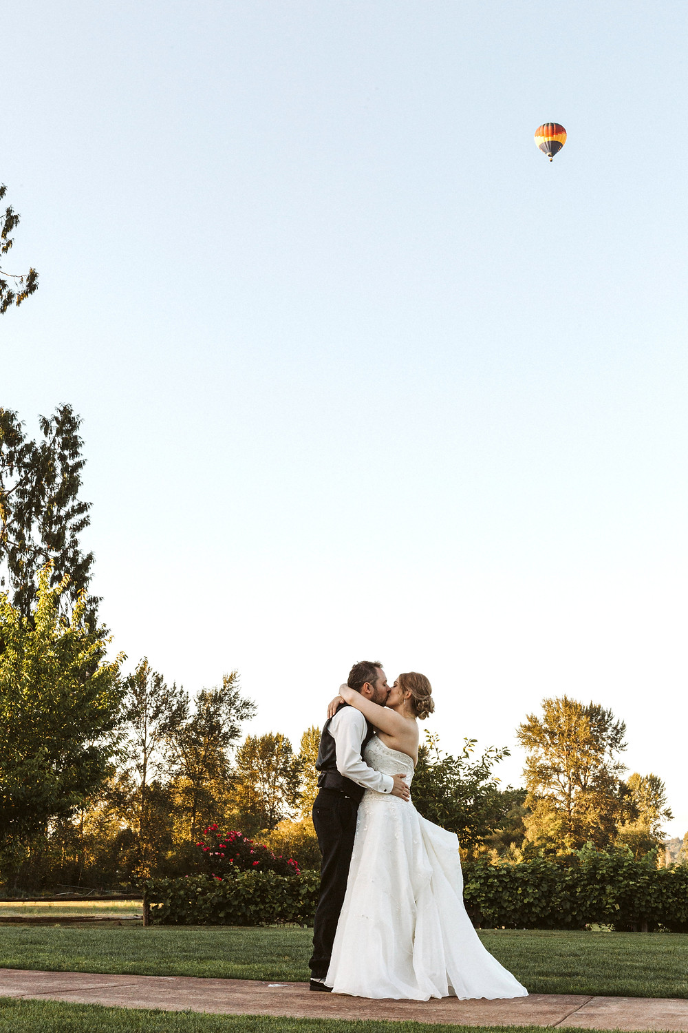A newlywed couple kiss outdoors during a summer wedding at Hidden Meadows in Snohomish, a wedding venue near Seattle, WA. | My Snohomish Wedding | Snohomish Wedding Planning