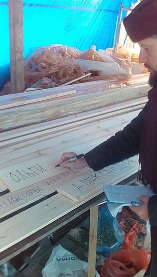 """Благочинный Подворья Сергий (Храмешин) подписывает новые """"именные доски"""""""