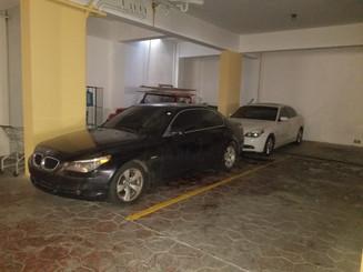 Dos BMW E60 esperando a ser retirados por sus dueños luego de haber sido dejados en la instalaciones de Frankie's Workshop.