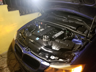 BMW E90 con bahia del motor limpia luego de haber realizado multiples trabajos.