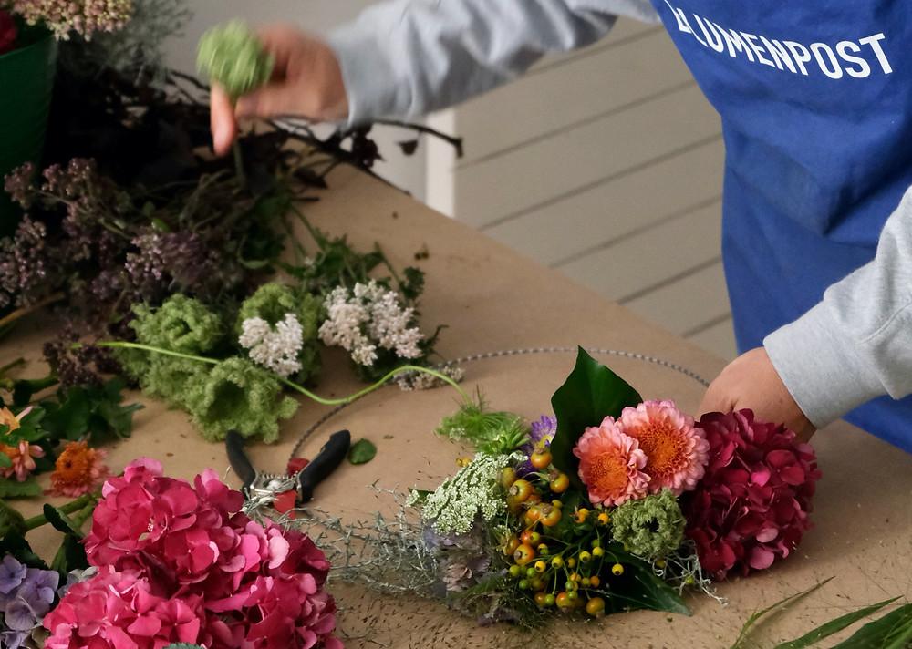 workshop, blumenworkshop, Blumenpost, Blumenpost atelier, Haarkranz binden, wie binde ich Blumen, Blumenarrangieren, Herbstkranz