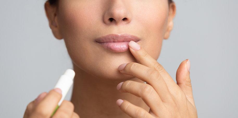 lips-skin-care-afro-woman-applying-balsa