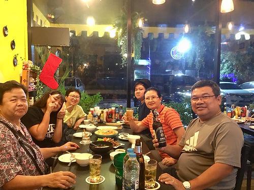Tom nous héberge à Bangkok. Il nous accueille comme des rois, toujours disponible pour nous aider, tout comme son fils Tong. Nous avons de multiples occasions d'échanger sur nos visions et nos cultures, ce qui permettra de clore le chapitre Asie avec cette impression de bien comprendre où nous étions. Merci encore !