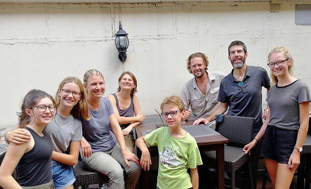 """Nous habitons à 150m les uns des autres à Nantes, Coline et Célia sont amies d'école, et comme nous ils font le tour du monde mais en mode """"Sac à dos"""". Nous les retrouvons à Bangkok où nous partageons une excellente après-midi ! Faites un tour sur leur blog : https://allonsposernotreregardailleurs.fr , et vous découvrirez comme ils sont inspirants !"""