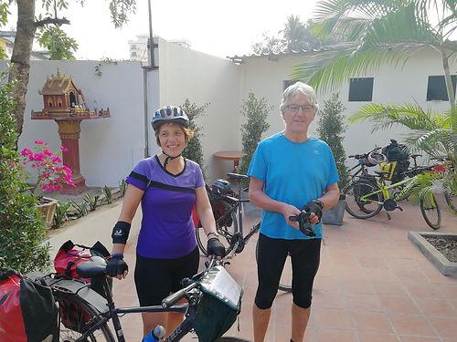 Ce couple Hollandais parcourt l'Asie en 6 mois en utilisant divers modes de voyage. Sac à dos, puis vélo au Laos. Encore de bons échanges de bons plans !