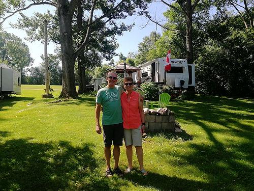 Brenda et Wayne sont des amis de Barbara et John. Ils nous invitet dans le camping où ils ont leur caravane. Nous passons une excellente soirée à échanger sur nos visions et expériences autour du firepit et d'un bon vin. Merci pour ça !