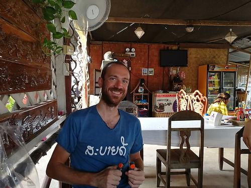 Tibavélo voyage en solo en Asie puis en Australie. Nous croisons sa route à Don Det où nous avons l'occasion de faire connaissance, d'échanger nos bons plans et le dépanner d'un accroche de sacoche Vaude, celles-là même  que nous avions galéré à récupérer en Bosnie : trop content que ça ait fait un heureux !