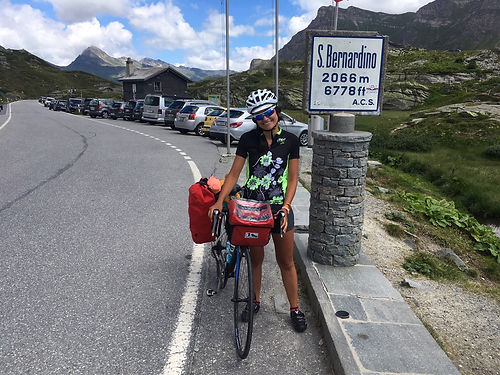 Angela est Milanaise et prend 6 mois pour voyager : 1 mois pour grimper un maximum de cols Alpins à vélo, puis 5 mois en Asie à Sac à dos! Un bon moment d'échange à Bellinzona, et peut-être une re-rencontre en Asie ?