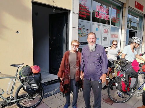 """Susan et Chuck nous ont accueilli chez eux à Shköder avec une simplicité et une authenticité qui nous ont fait nous sentir chez nous tout de suite. Américains en retraite expatriés en Albanie, ils alternent les voyages avec leur """"trikes"""" (vélo couchés à 3 roues) et l'accueil chez eux des voyageurs passant par l'Albanie. Des échanges riches sur de multiples sujets auront marqué notre rencontre, merci !"""