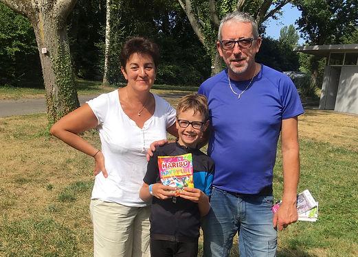 Ils venaient voir leur fils à Bâle depuis Locminé et nous les avons rencontré à Mulhouse. Pour nous donner du peps, ils ont donné aux enfants un paquet de bonbons : le partage a été difficile, mais réussi, merci !