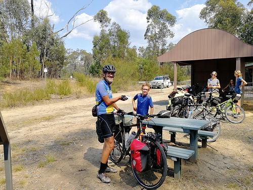 Martin est Canadien et vit à Terre neuve. Il a parcouru le monde à vélo et revient en Australie 20 ans après avoir traversé l'Outback ! Il nous donnera de précieux conseils pour différencier les ours bruns des grizzlis et avoir le comportement adéquat face à eux : espérons que nous n'aurons pas à nous en rappeler....