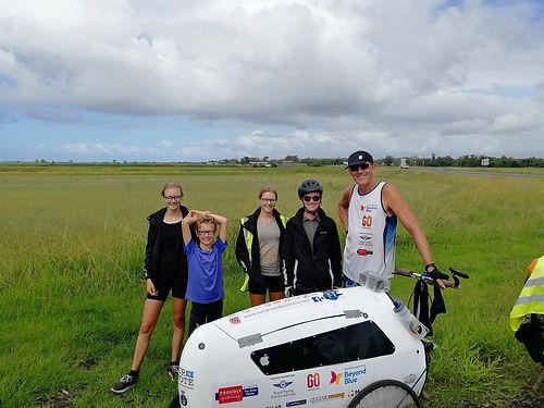 Ce gaillard de 57 ans, ancien de la navy australienne, s'est lancé le défi de courir le tour de l'Australie, soit 15.000km, sans assistance. Il court un marathon par jour en poussant sa brouette pour 4 oeuvres de charité. Impressionnant ! Suivez le sur : https://runaroundaustralia.com
