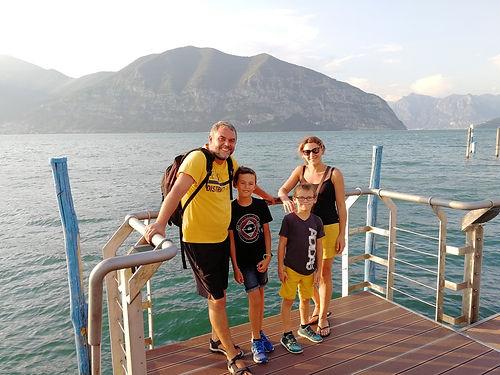Bon là c'est différent, on se connait : Matthieu, Carole et leurs enfants sont Nantais. Mais les retrouver en Italie, dans l'environnement magique du Lac d'Iseo (le plus pur que l'on ait vu jusqu'alors) un peu au hasard de nos routes, c'était top pour les parents, comme pour les enfants. Merci pour ce bon moment!