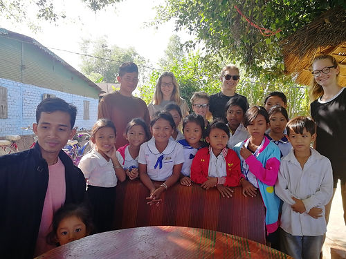 En passant devant leur école (Inter English School), Sangher Yan nous fait un signe. Nous nous arrêtons et découvrons cette petite classe isolée, avec très peu de moyens mais l'envie d'apprendre et de transmettre d'un enseignant engagé vers ses élèves. C'est admirable et beau. Nous passons un moment d'échange délicieux et sommes impressionnés par le niveau d'Anglais de ces jeunes enfants.