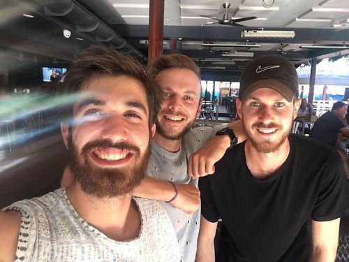 Les 3 potes en working holidays en Australie ! Ils nous accueillent chez Mike, un warmshower atypique qui est absent mais qui a délégué notre accueil à ces 3 Français. Et ils ne manquent pas à leur  tâche ! Nous partageons 2 jours avec eux et des moments supers. Quel plaisir, et quel espoir aussi, de rencontrer des jeunes ouverts, dynamiques et prêts à vivre leurs rêves, merci pour ça les gars !
