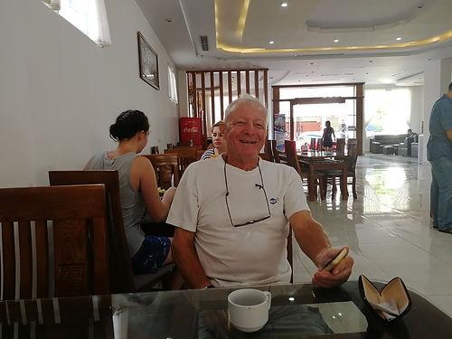 Nous rencontrons Michel à Vientiane. Au fur et à mesure de longues discussions teintées d'humour, il nous explique sa vision et son expérience de la Thaïlande et des relations Thaï / Farangs. C'est un vrai éclairage que nous donne ce Personnage dynamique et passionné de golf et qui vit en Thaïlande 5 mois / an depuis 20 ans ! Très chouette rencontre.