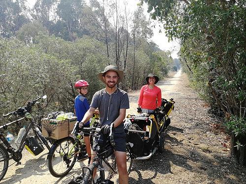 Rencontre sur le Great southern Rail trail, Dan et Erika testent leur configuration pour un tour d'Australie en vélo avec leur chien. Une formalité pour eux qui ont déjà traversé les Etats Unis !