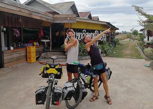 Nous les croisons entre Don Det et Champasak, pour la pause déjeuner. Venus de France pour un tour d'Asie de 6 mois, ils ont a leur actif d'autres voyages à vélo et notamment la Syrie en 2010. Un super moment d'échange encore une fois.