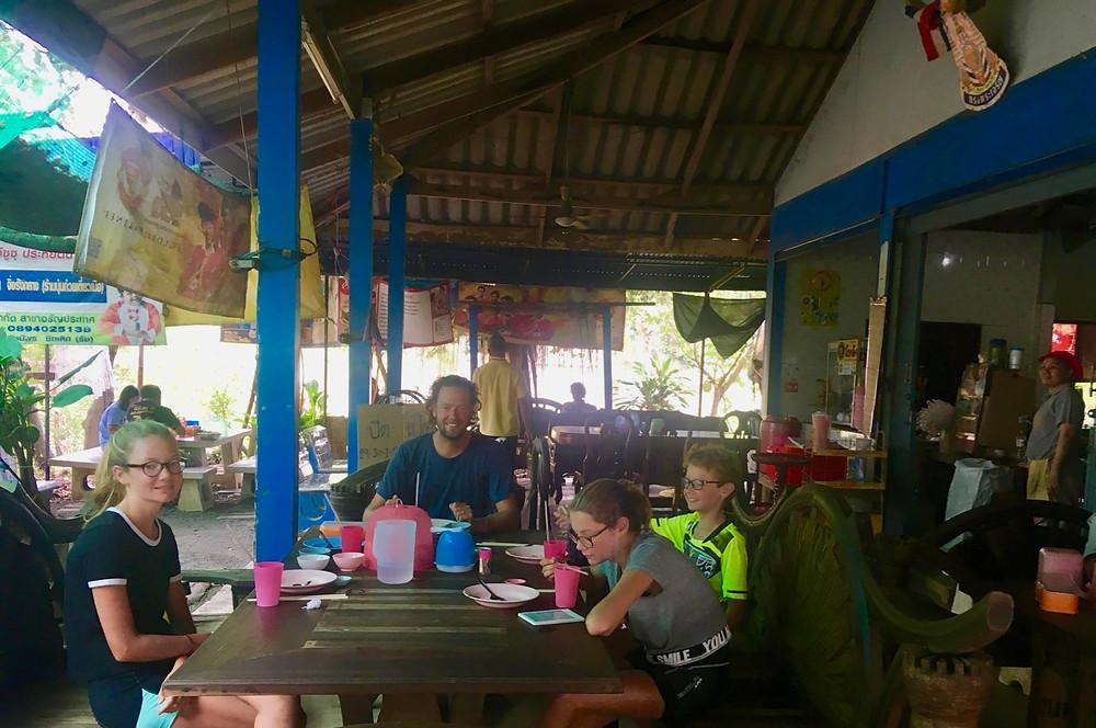 Tour du monde à vélo en famille 2018 - 2019 : déjeuner gargotte de rue Thaïlande