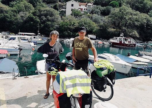 Ils viennent de Mâcon et vont jusqu'à Athènes rejoindre leur fils, en vélo ! Collègues cyclotouristes Français donc rencontrés sur le Ferry nous acheminant sur l'île de Cres.