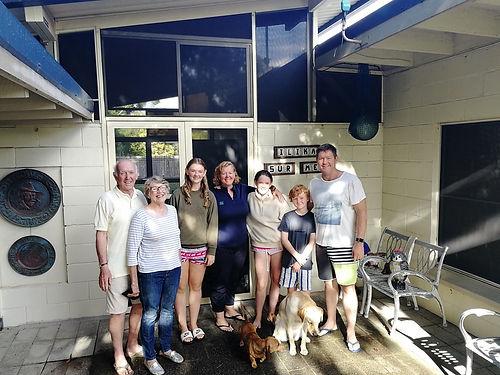 Janey et Michael; Shirley et Robert les grand-parents; Zara, Lotte et harvey : les enfants; Darcy et Peepa : les chiens ! Tous les membres de cette famille nous ont accueillis à bras ouverts dans leur maison d'Iluka d'abord pour un dîner et une nuit, puis dans leur maison de Gold Coast pour une après midi de l'Anzac day mémorable. Une relation qui nous l'espérons se prolongera dans le futur. A part les chiens (pour l'instant), nos familles sont d'une symétrie assez bluffante ! Merci pour tout !