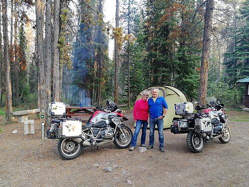 Venus de Challans en Vendée, nous les rencontrons sur l'Icefields Parkway ! Ils ont tout vendu pour partir vivre en nomades à moto. Encore des gens extraordinaires !