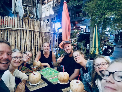 """Eloïse, Julia et Geoffrey eux aussi font le tour du monde à vélo ! Cyrielle les a rejoint pour 1 mois au Cambodge. Nous les suivons depuis le début et s'ils ont parcouru l'Europe comme nous jusqu'à Athènes depuis mai 2018, ils partiront pour l'Amérique du sud après avoir visité l'Asie du Sud-Est. Nous nous étions mis au défi de nous croiser en Asie, et c'est à Phnom Penh que ce fut possible. Les """"pigeons"""" nous ont transmis le livre des cyclovoyageurs que nous devrons remettre à notre tour à des cyclos Français dans un autre pays. Un immense plaisir de les rencontrer en vrai après avoir suivi leurs aventures sur leur pages facebook """"les pigeons voyageurs""""."""