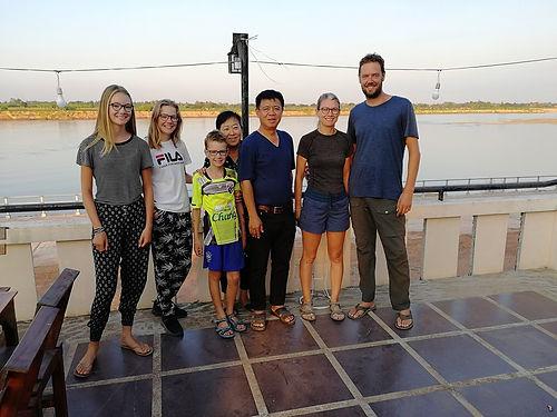 """Ces Thaïs adorables nous accueillent spontanément chez eux, sur leur terrasse au bord du Mékong, et à côté u restaurant qu'ils tiennent. Des échanges très riches sur l'histoire de l'Indochine, sur les relations étrangères de la Thaïlande avec ses voisins et avec les pays de l'ONU, et sur leur vie. Thanakon s'est prise de passion pour Maxou, c'était trop """"mignon"""". Assurément une rencontre qui nous aura marqué ici en Asie."""