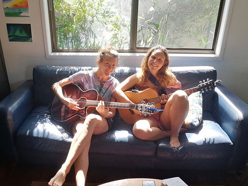 Tegan nous accueille chez elle. Nous y rencontrons également Sharee. Tegan nous emmènera faire du Canoe sur le lac puis nous partgerons un bon moment de musique ensemble. Des bonnes vibrations !