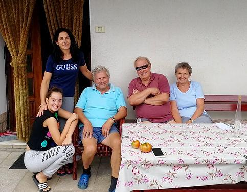 Nous avons toqué chez Vida et Stane, qui cultivaient paisiblement leur jardin, pour leur demander de l'eau et la possibilité de squatter un carré de pelouse. Ils nous ont accueilli à bras ouverts, nourri des fruits de leur jardin, abreuvé de la prune faite maison (slivovka). La barrière de la langue rendant compliqué nos échanges, ils ont fait venir Jozé, Mojca et Taja pour un super échange sur la Slovénie en Anglais. Merci d'avoir rendu cette étape Slovène aussi riche de partage! Hvala