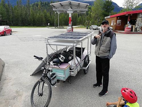 Aventurier Canadien, nous rencontrons Rick  à Blue River. Il fait un voyage à bord d'un solex solaire de sa propre confection qui lui sert également de cabane ! Encore un sacré personnage !