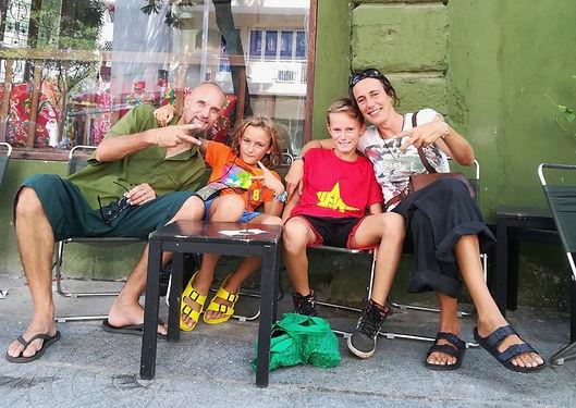 Nous rencontrons et partageons quelques moments  cette famille Française qui fait un tour d'Asie sur 6 mois à Kompong Cham, chez OBT. Une belle rencontre qui permettra notamment à Maxime de s'amuser avec des jeunes de son âge !