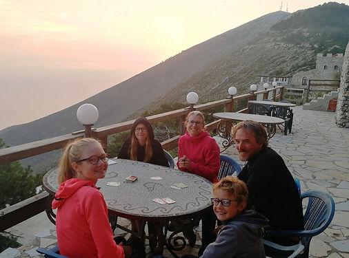 Mark rejoint la Suisse depuis Athènes. Nous nous croisons au sommet de Llogara où nous partagerons le dîner, la nuit et le petit déjeuner. Encore une belle rencontre pour toute la famille !
