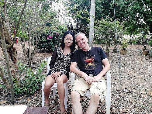 Nous passons devant leur demeure en Thaïlande, et gentiment, Ulli nous interpelle pour nous proposer de venir boire un café, intrigués qu'ils sont de voir 5 Européens perdus dans cette campagne Thaï. Excellente collation, échange au top, visite de la maison typique, un chouette moment !