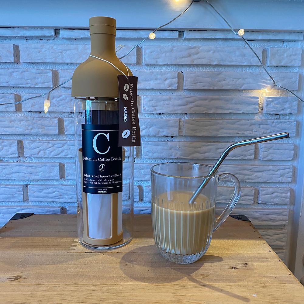 Bouteille dédiée à la préparation de cold brew, café d'extraction à froid et tasse de café au lait glacé