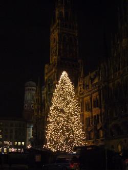 Beleuchteter Christbaum in München