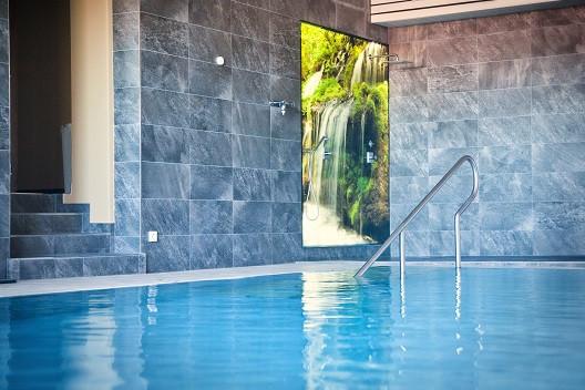 Schwimmbad mit Duschbereich