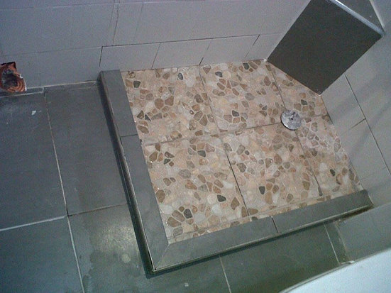 estamos en la colocacion de platos de ducha de obracon realizamos las