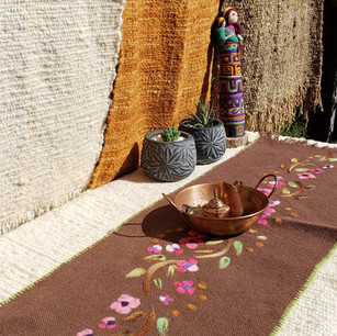 """Eleonor Silva: """"Sendero de mesa color café con bordados"""""""