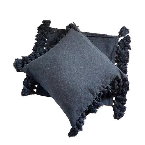 כרית כותנה עם פונפונים צבע אפור כהה