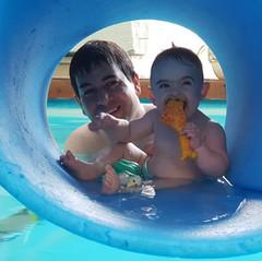 שחיית תינוקות נגיעות במים