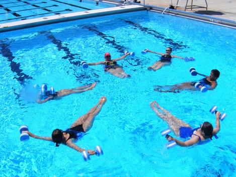 יתרונות ההתעמלות במים להקלה על כאבי הגב