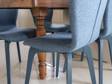 רגל עץ שולחן וכסאות כחולים.jpg
