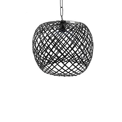מנורת פסי מתכת בצבע שחור, עבודת נפחות אמנותית