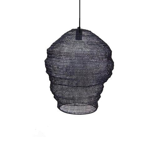 מנורת חוטי רשת מתכתיים בצבע שחור, עבודת יד אמנותית
