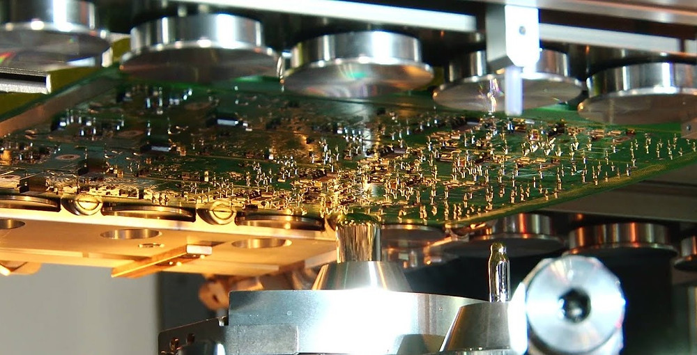 Selective soldering machine applying melted solder material to a PCB through hole component