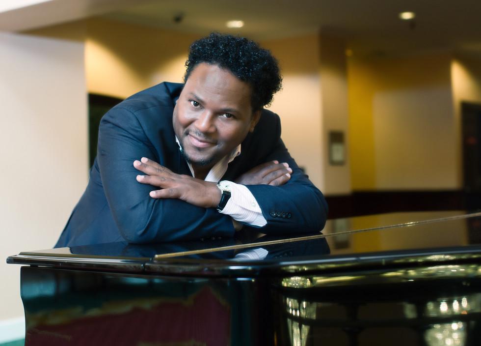 Junior en El Piano.jpg