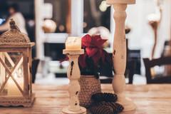 Alle Tische sind weihnachtlich dekoriert